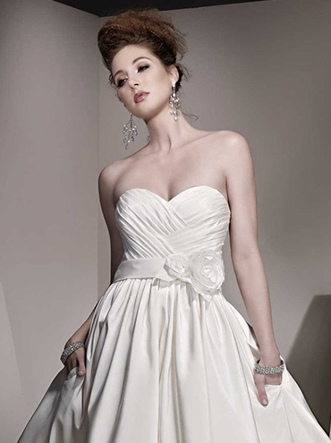 Extravagantní svatební šaty BE136 se širokovou hladkou sukní 18da0db66dd