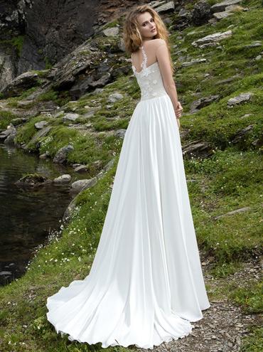 Jednoduché splývavé svatební šaty Contempo 04fdc7289e