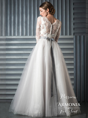 7906d259fda Barevné svatební šaty Passion s dlouhým rukávem a tylovou sukní ...